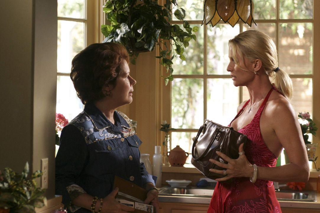 Edie (Nicolette Sheridan, r.) beschuldigt Martha (Christine Estabrook, l.), ihr 40 Dollar aus dem Geldbeutel gestohlen zu haben ... - Bildquelle: Touchstone Pictures