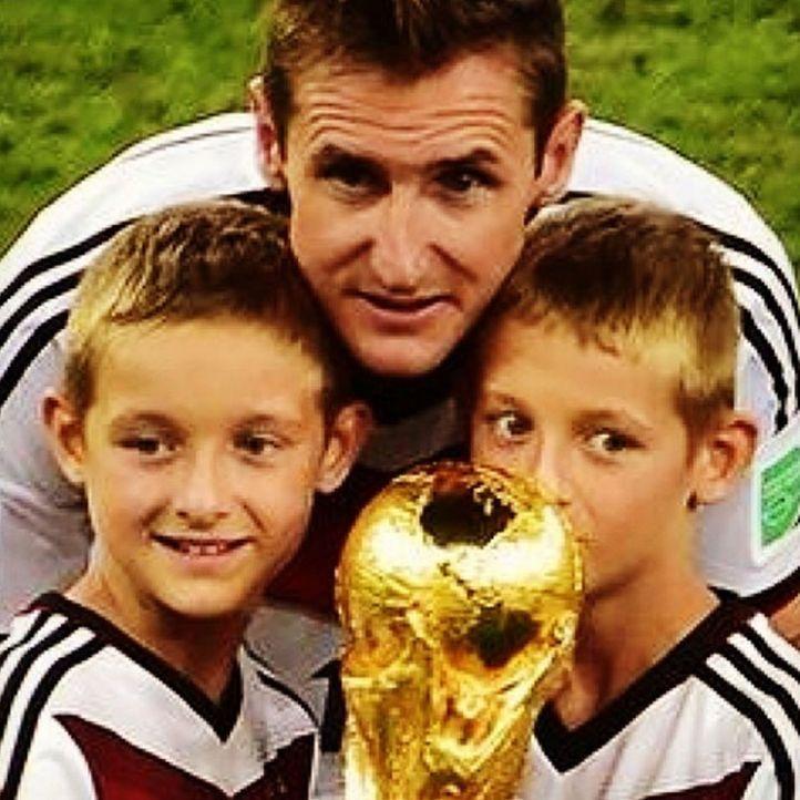 Die schönsten Selfies des WM-Sieges: Klose mit seinen Kindern und dem Pokal - Bildquelle: Instagram