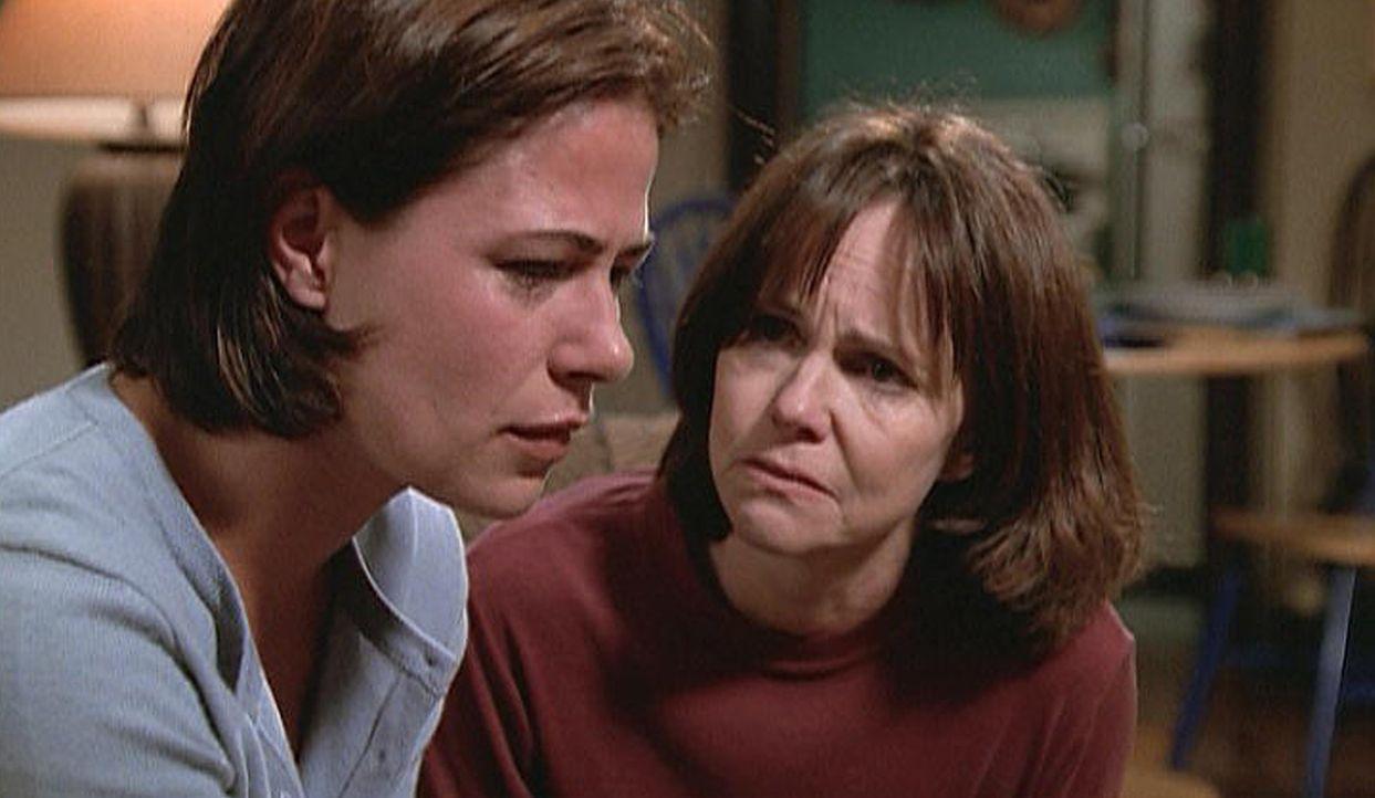 Abbys (Maura Tierney, l.) Mutter Maggie (Sally Field, r.) macht bei Dr. Legaspi eine Therapie, um ihre Depression zu überwinden. - Bildquelle: TM+  2000 WARNER BROS.