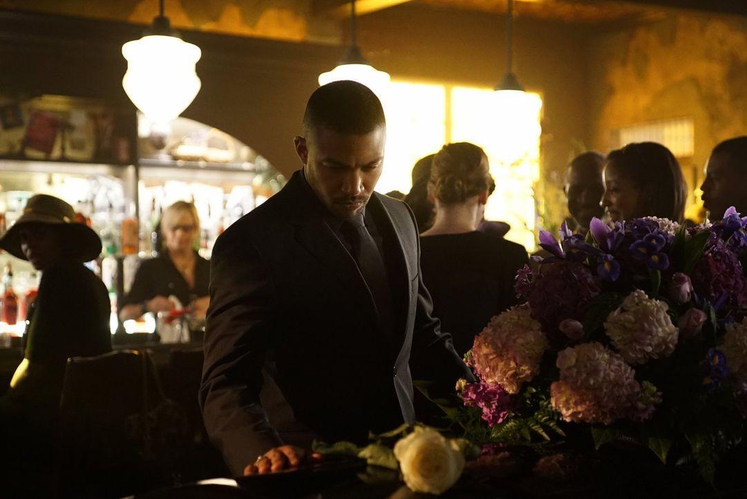 Während Klaus ihm klarmachen will, dass er ein Teil der Familie ist, hat Marcel (Charles Michael Davis) seine wichtige Entscheidung bereits getroffe... - Bildquelle: Warner Bros. Entertainment, Inc.