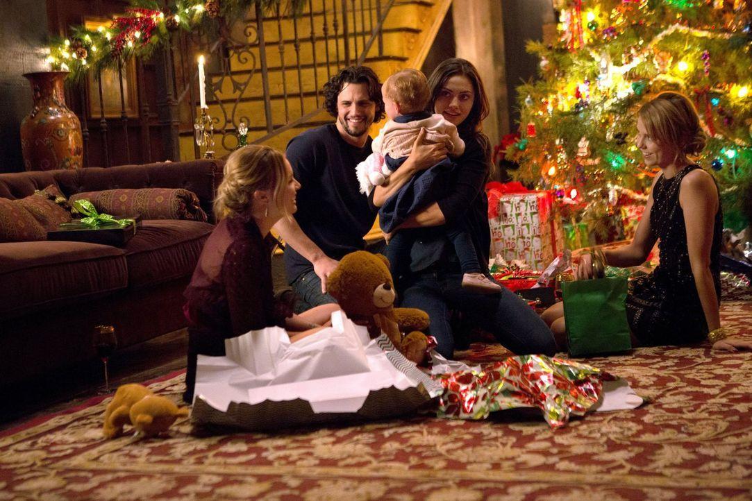 Während Cami (Leah Pipes, l.), Jackson (Nathan Parsons, 2.v.l.) und Hayley (Phoebe Tonkin, 2.v.r.) für die Rettung der beiden Mikaelson Schwestern i... - Bildquelle: Warner Bros. Entertainment Inc.