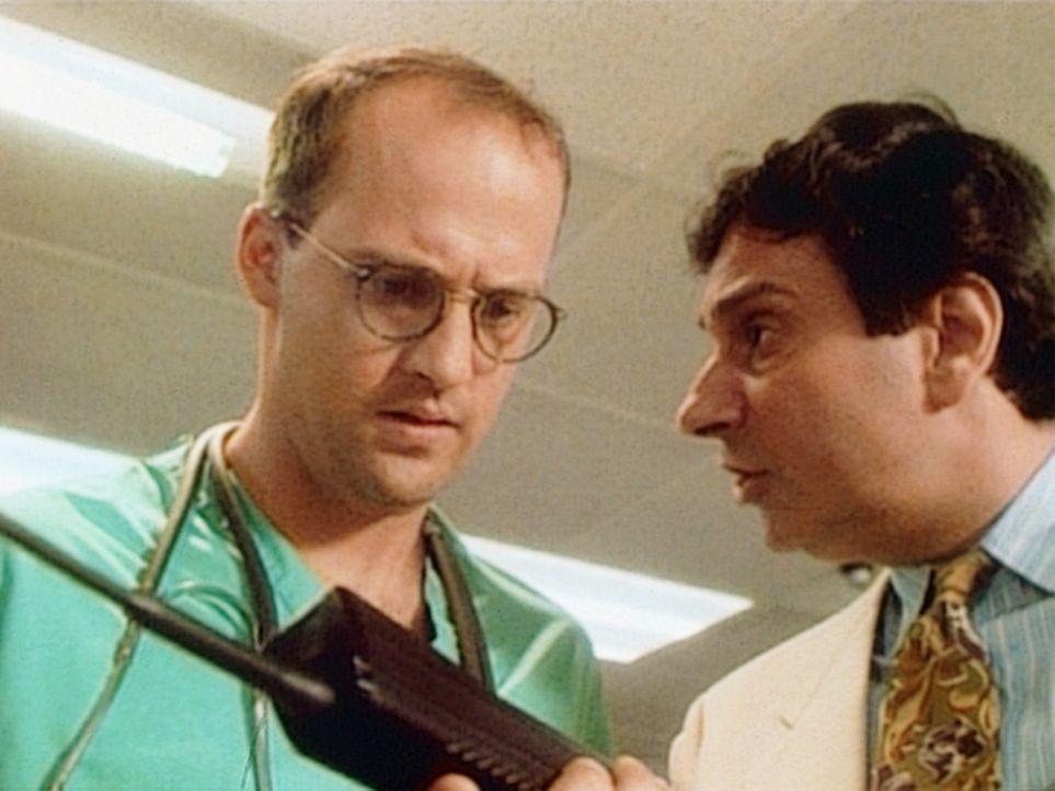 Dr. Greene (Anthony Edwards, l.) ist nicht daran interessiert, ein Funktelefon zu kaufen, sondern macht Harry klar, dass das Ding aus dem Krankenhau... - Bildquelle: TM+  WARNER BROS.