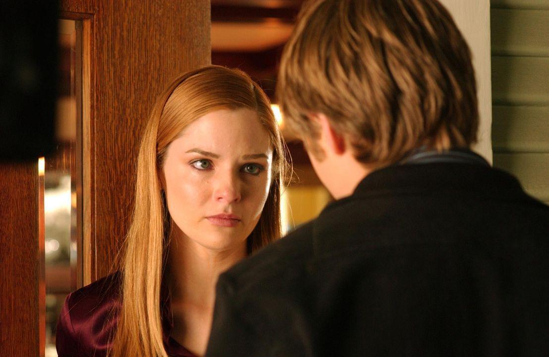 Nach allem, was geschehen ist, besucht Ryan (Benjamin McKenzie, r.) Lindsay (Shannon Lucio, l.), um ihr zu zeigen, dass er immer für sie da ist. Di... - Bildquelle: Warner Bros. Television