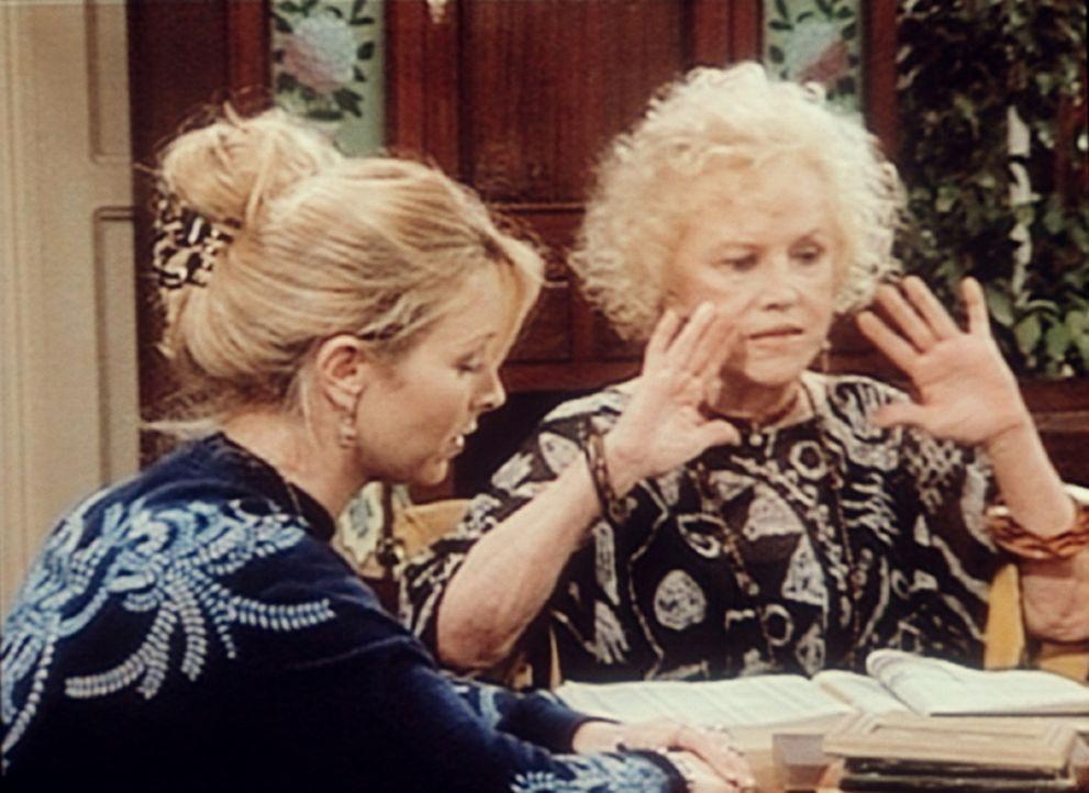 Phoebe (Lisa Kudrow, l.) möchte endlich wissen, wer ihr Vater ist. Doch die Großmutter (Audra Lindley, r.) will nicht mit der Sprache rausrücken. - Bildquelle: TM+  2000 WARNER BROS.