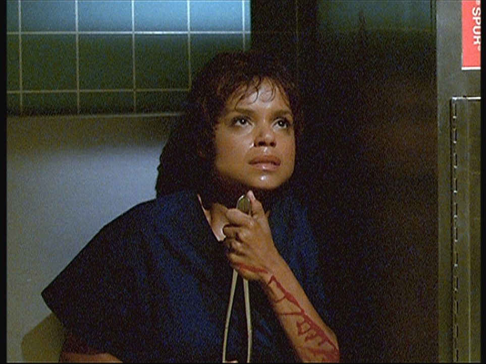 Während Amanda (Victoria Rowell) ein grausam zugerichtetes Mordopfer obduzieren muss, gerät sie selbst in Lebensgefahr ... - Bildquelle: Viacom
