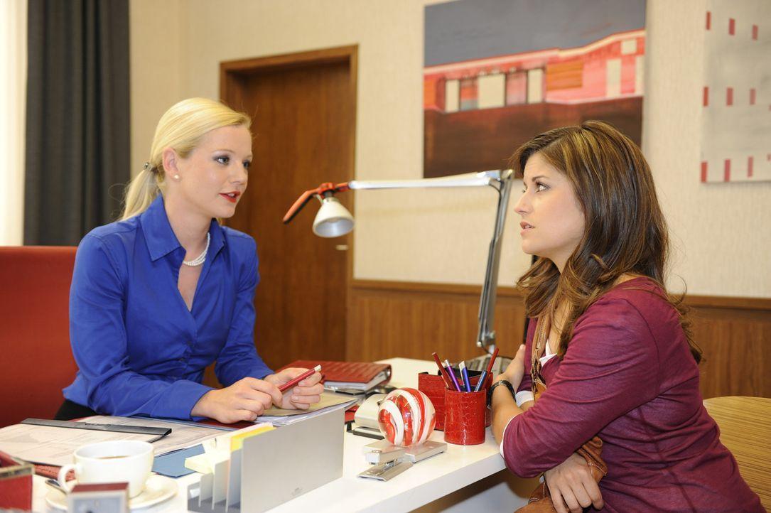 Wird Bea (Vanessa Jung, r.) in Helenas (Kim Sarah Brandts, l.) Falle tappen? - Bildquelle: SAT.1