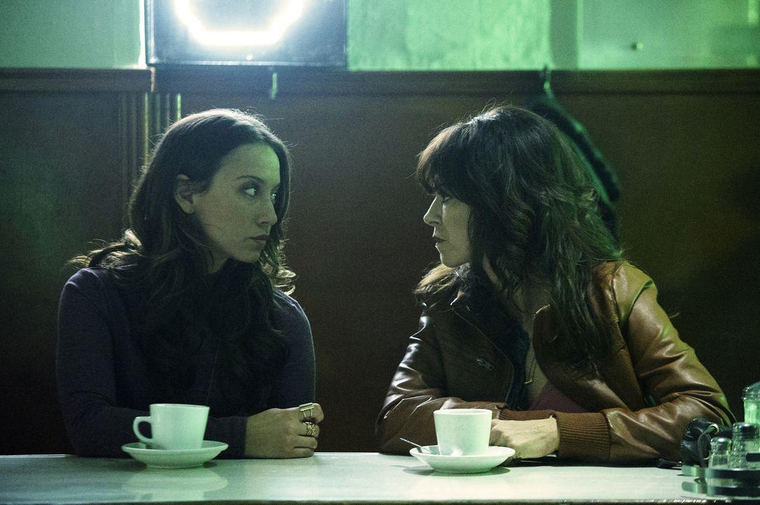 Julia (Stella Maeve, l.) macht die Bekanntschaft von Hannah (Amy Pietz, r.). Werden die beiden tatsächlich ihr eigenes Safehouse gründen? - Bildquelle: 2015 Syfy Media Productions LLC. ALL RIGHTS RESERVED.