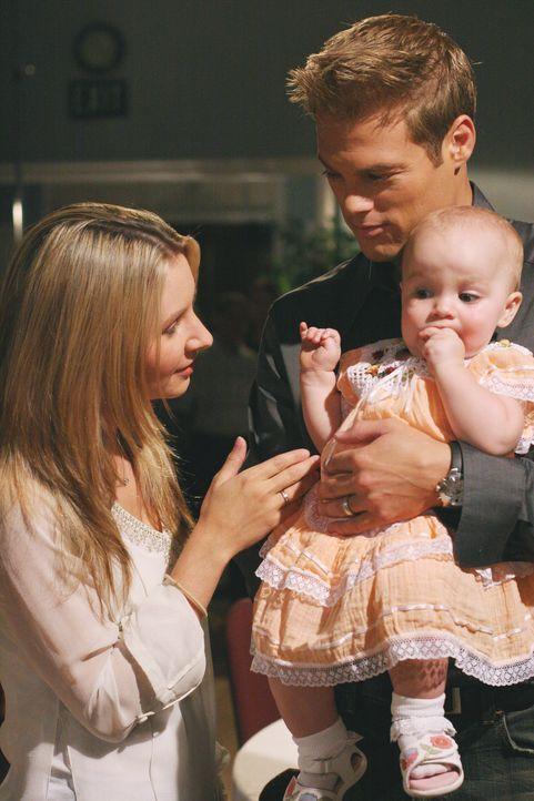 Während Lucy (Beverley Mitchell, l.) ein großes Kirchenfest organisiert, besucht Kevin (George Stults, r.) einen Mutter-Kind-Kurs und setzt alle dor... - Bildquelle: The WB Television Network