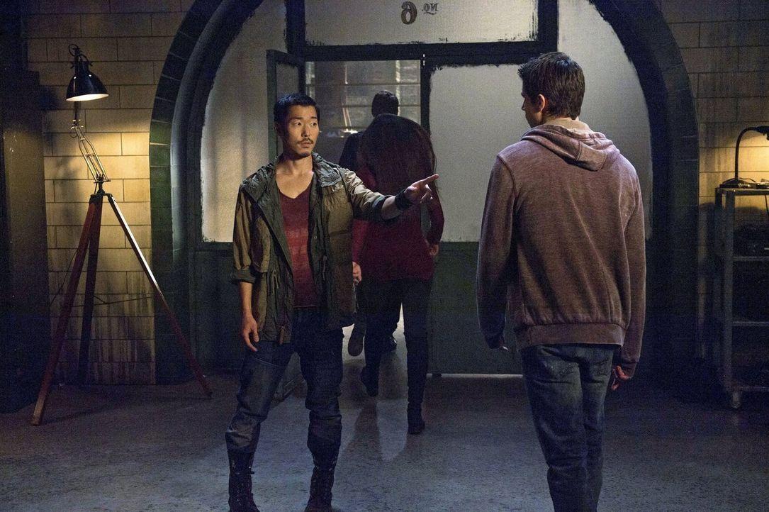 """Für Russell (Aaron Yoo, l.) ist klar, dass Stephen (Robbie Amell, r.) daran schuld sein wird, wenn John in die Fänge von """"Ultra"""" gerät ... - Bildquelle: Warner Bros. Entertainment, Inc"""