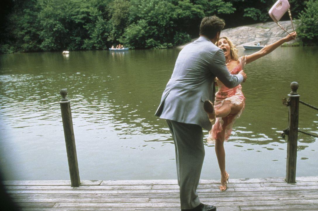Gerade noch kann Carrie (Sarah Jessica Parker, r.) einem Kuss von Big (Chris Noth, l.) ausweichen - kommt aber dennoch nicht unbeschadet davon ... - Bildquelle: Paramount Pictures
