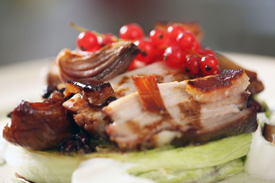 Langsam gerösteter Bauchspeck mit Schnaps - was kann es Schöneres geben ... - Bildquelle: Richard Hill BBC 2013