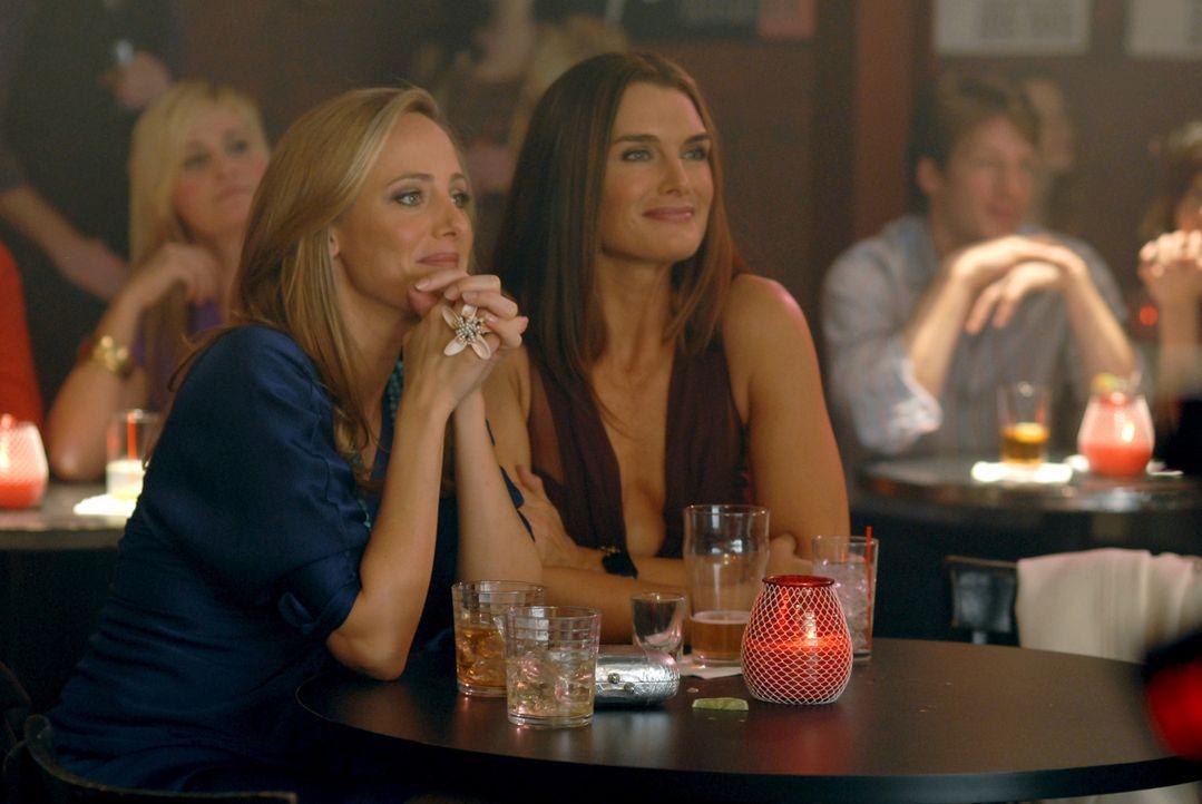 Wendy (Brooke Shields, r.) ist stolz auf ihren Mann - er hat endlich wieder einen Sinn im Leben gefunden. Nico (Kim Raver, l.) ist froh, dass es ihr... - Bildquelle: 2004 NBC, Inc.