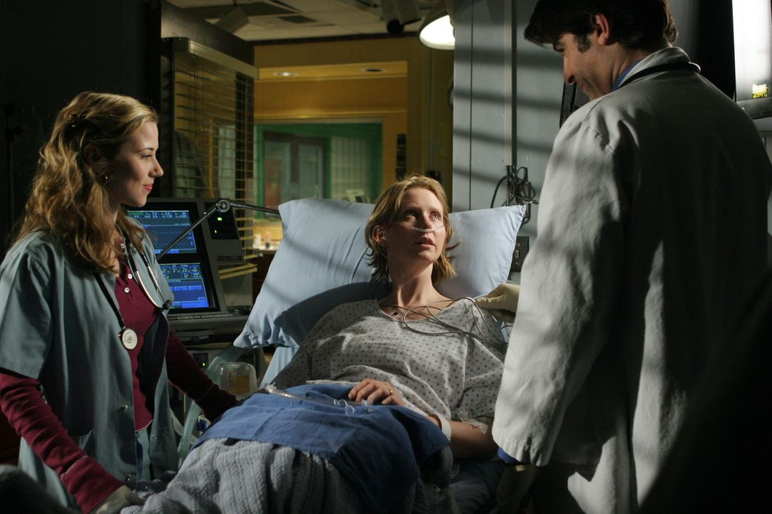 Nach einem Schlaganfall wird Ellie (Cynthia Nixon, M.) ins County eingeliefert. Luka (Goran Visnjic, r.) und Sam (Linda Cardellini, l.) kümmern sich... - Bildquelle: WARNER BROS