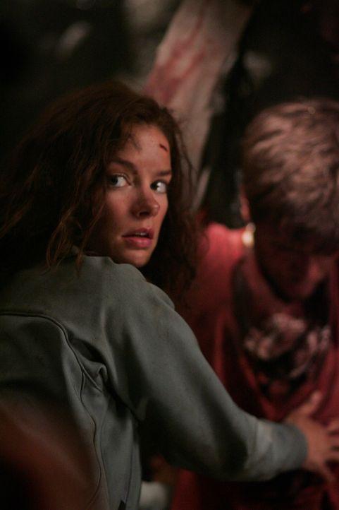 Haley (Gina Holden, l.) ist froh ihren Bruder Tommy (Graham Wardle, r.) gefunden zu haben, doch ihm geht es nicht sehr gut ... - Bildquelle: Warner Bros. Television
