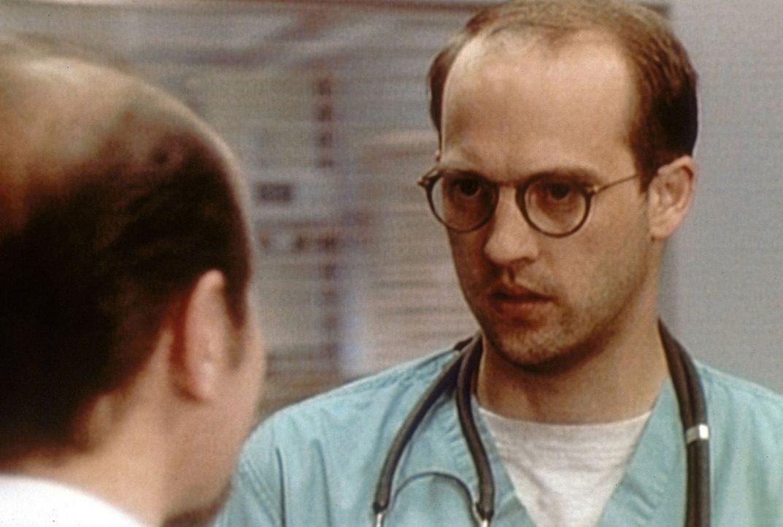 Dr. Swift (Michael Ironside, l.) bittet Mark Greene (Anthony Edwards, r.) an einer Konferenz teilzunehmen. - Bildquelle: TM+  2000 WARNER BROS.