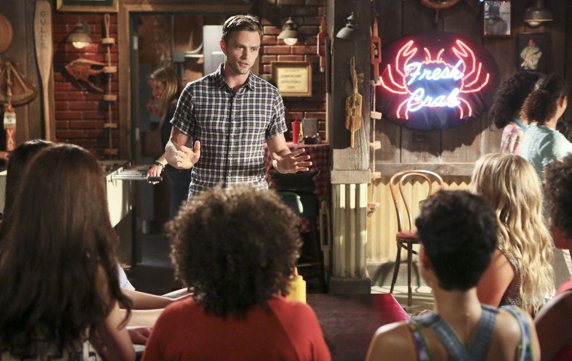 Wade (Wilson Bethel) sucht nach einem Weg, endlich mit dem ganzen Geflirte aufzuhören, doch ein drastischer Schritt geht gehörig nach hinten los ... - Bildquelle: 2014 Warner Brothers