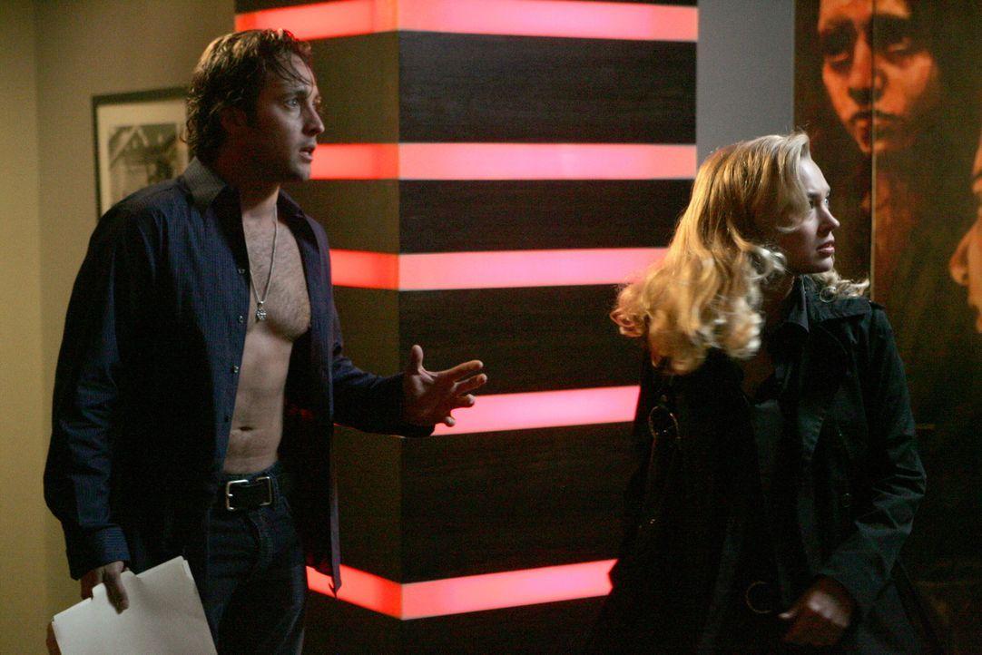 Ihr Gefühl sagt ihr, dass etwas mit der neuen Kollegin von Mick (Alex O'Loughlin, l.) nicht stimmt: Als Beth (Sophia Myles, r.) Nachforschungen über... - Bildquelle: Warner Brothers