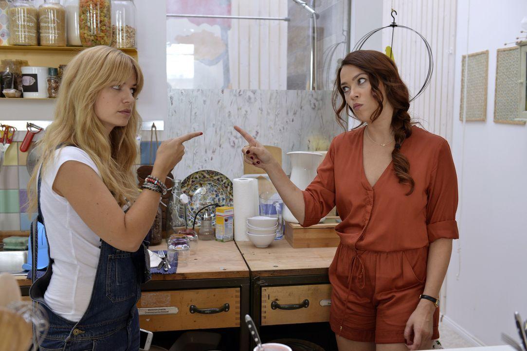 Mila (Susan Sideropoulos, l.) will ihr Casual-Sex Date mit Ralph unbedingt absagen. Sally (Laura Osswald, r.) ist total dagegen ... - Bildquelle: Oliver Ziebe SAT.1