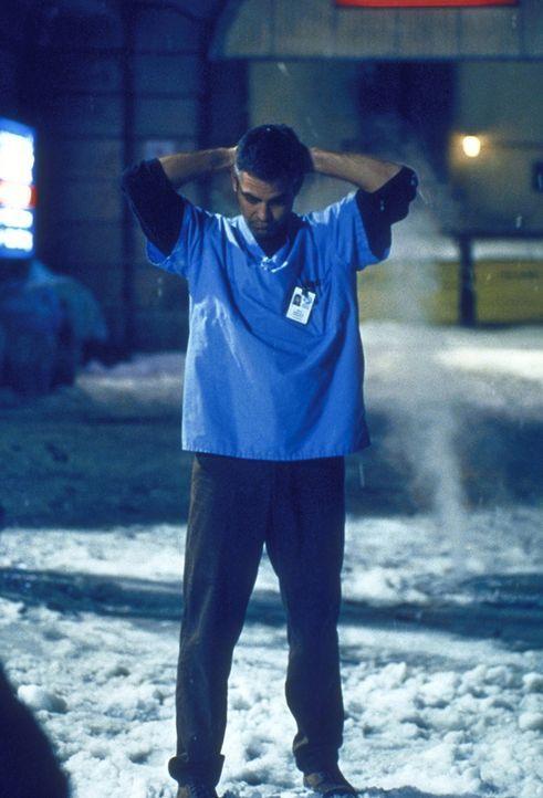 Dr. Ross (George Clooney) wird beschuldigt, dem kranken Ricky Sterbehilfe geleistet zu haben. - Bildquelle: TM+  2000 WARNER BROS.