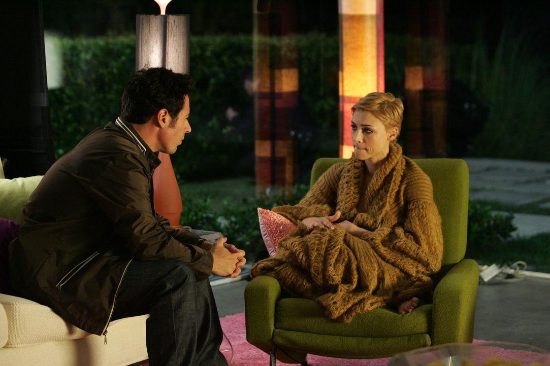 Nachdem ein Stalker die Schauspielerin und Sängerin Skylar Wyatt (Samaire Armstrong, r.), in ihrem Haus belästigt hat, werden Don Eppes (Rob Morrow,... - Bildquelle: Paramount Network Television