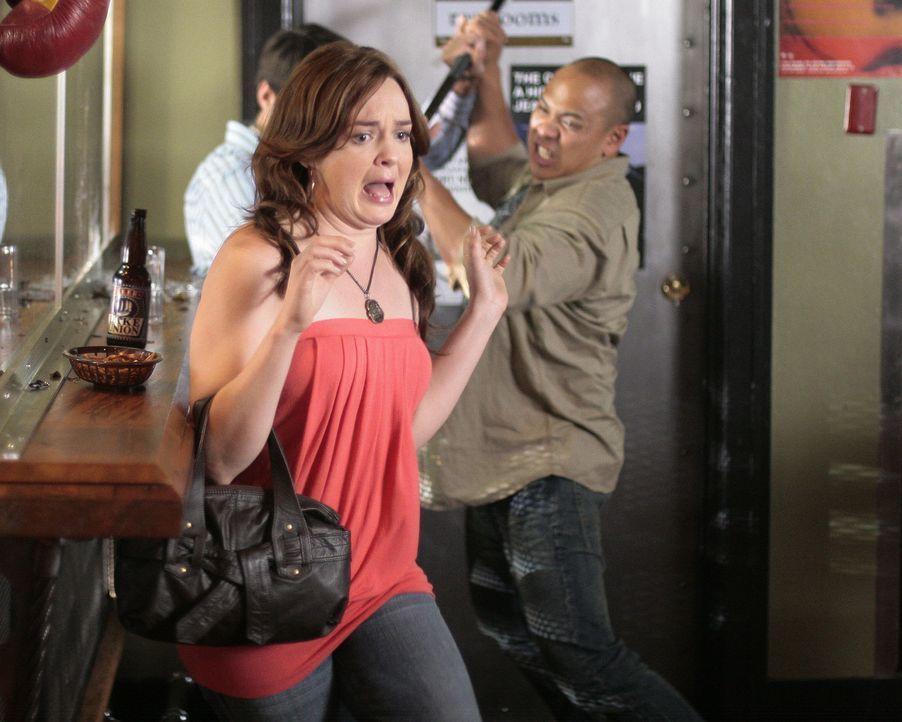 Lori (April Matson, vorne) rechnet nicht damit, dass die Suche nach einem D.J. in der Katastrophe endet ... - Bildquelle: TOUCHSTONE TELEVISION