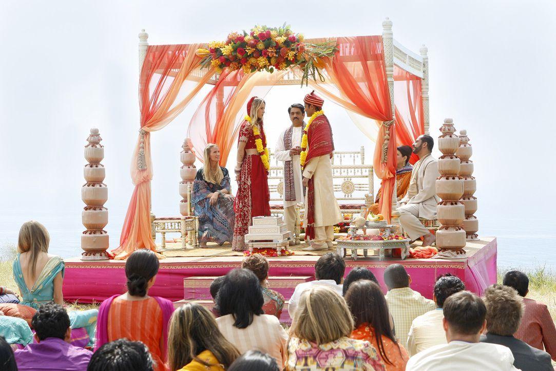 Gemeinsam mit ihren Verwandten und Freunden feiern Ivy (Gillian Zinser) und Raj (Manish Dayal, r.) eine traditionelle indische Hochzeit ... - Bildquelle: TM &   2011 CBS Studios Inc. All Rights Reserved.