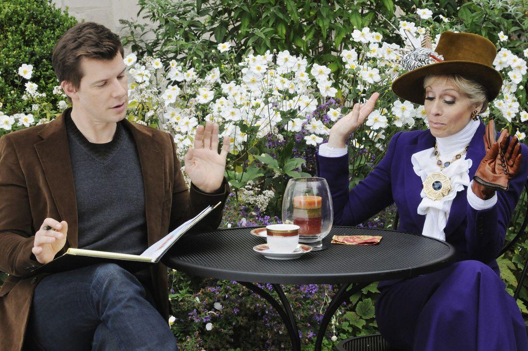 Während Wilhelmina, Daniel (Eric Mabius, l.) und seine Mutter Claire (Judith Light, r.) auf einer Klausurtagung auf dem Land weilen, soll Betty alle... - Bildquelle: 2008   ABC Studios