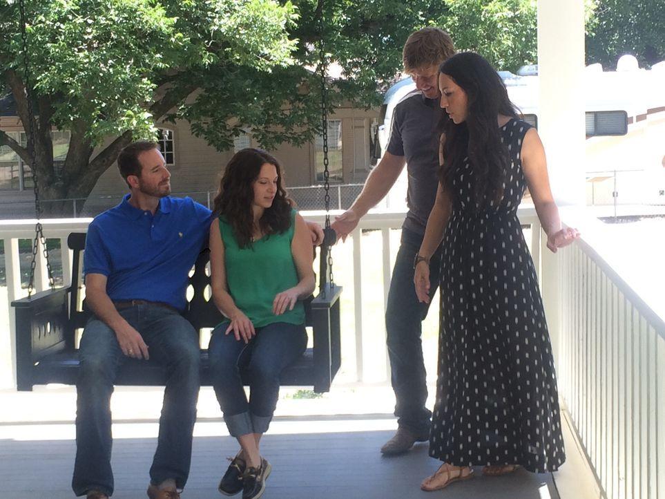 Die Dansbys (l. & 2.v.l.) sind schon ganz gespannt auf ihr neues Zuhause! Haben die Renovierungsprofis Joanna (r.) und Ehemann Chip Gaines (2.v.r.)... - Bildquelle: 2015, HGTV/ Scripps Networks, LLC.  All Rights Reserved.