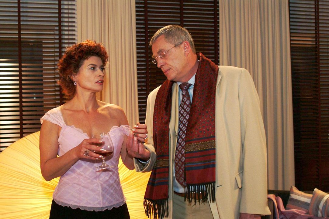Sophie (Gabrielle Scharnitzky, l.) ist froh, als Friedrich (Wilhelm Manske, r.) sie besucht und mit ihr reden will. - Bildquelle: Monika Schürle SAT.1 / Monika Schürle