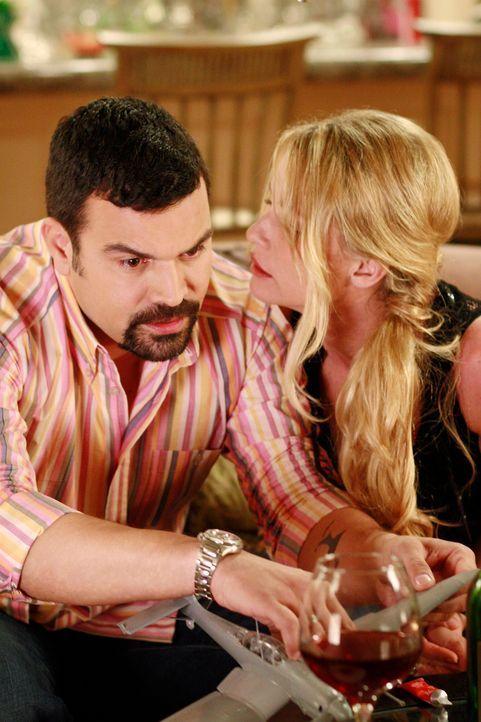 Edie (Nicolette Sheridan, r.) versucht, Carlos (Ricardo Antonio Chavira, l.) zu verführen, der allerdings weniger ein Partygirl als eine ernsthafte... - Bildquelle: 2005 Touchstone Television  All Rights Reserved