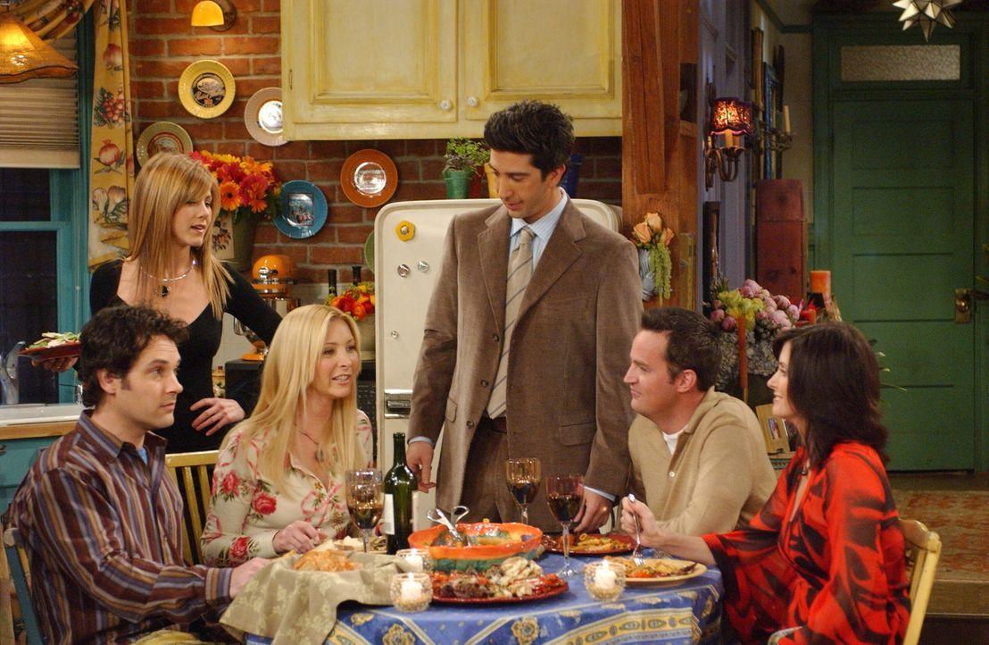 Rachel (Jennifer Aniston, 2.v.l.), Ross (David Schwimmer, 3.v.r.), Chandler (Matthew Perry, 2.v.r.) und Monica (Courteney Cox, r.) unterstützen Phoe... - Bildquelle: 2003 Warner Brothers International Television