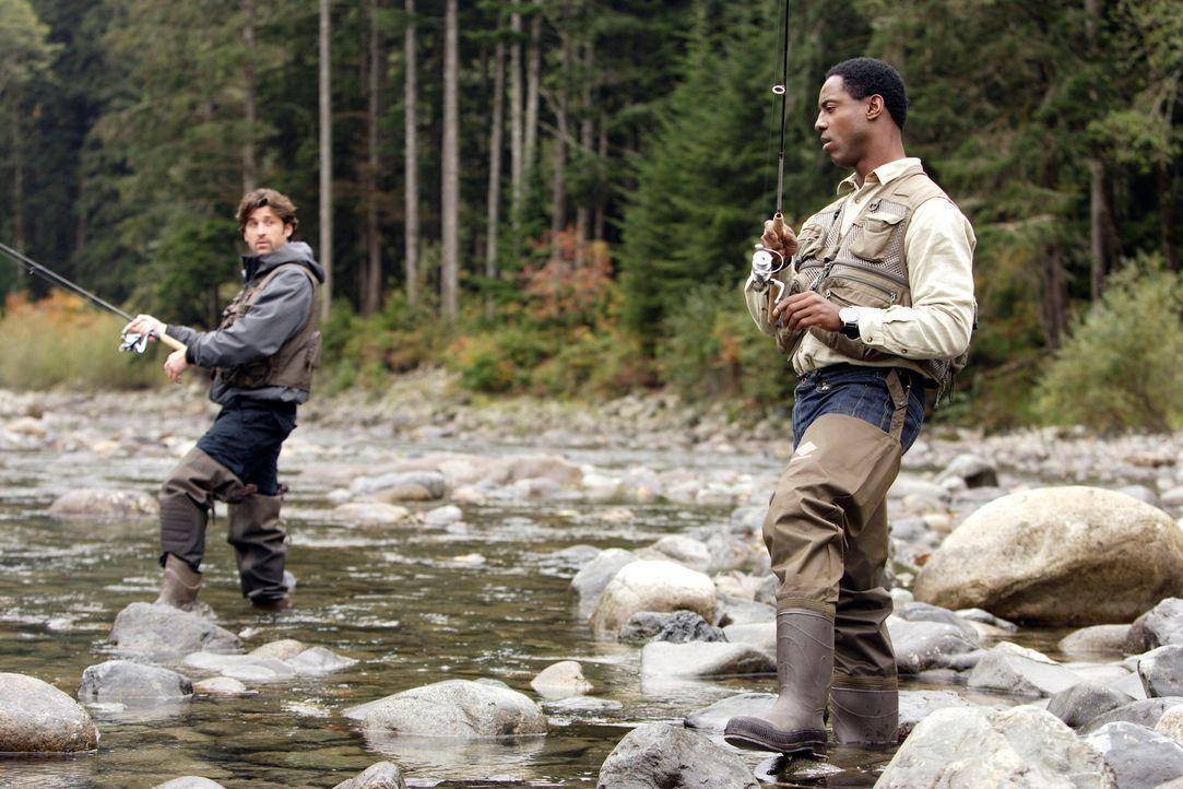 Abschalten vom Alltag: Derek (Patrick Dempsey, l.) und Burke (Isaiah Washington, r.) ... - Bildquelle: Touchstone Television