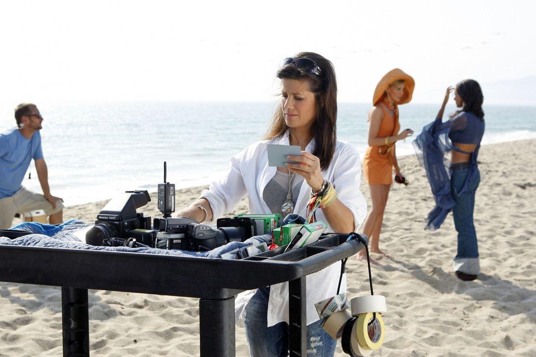 Oh, oh - Jo (Daphne Zuniga, l.) ist keineswegs zufrieden mit Ella (Katie Cassidy, M.) und Riley (Jessica Lucas, r.)... - Bildquelle: 2009 The CW Network, LLC. All rights reserved.