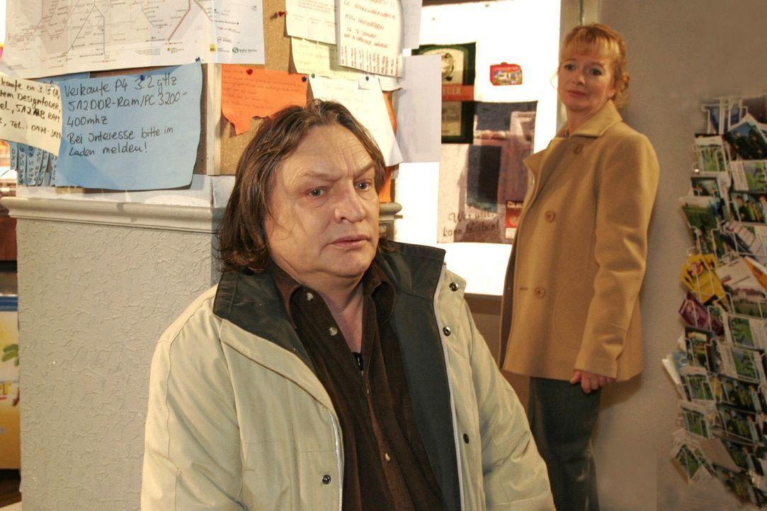 Helga (Ulrike Mai, r.) ist schockiert, als Bernd (Volker Herold, l.) ihr seinen Gesundheitszustand beichtet. - Bildquelle: Monika Schürle SAT.1 / Monika Schürle