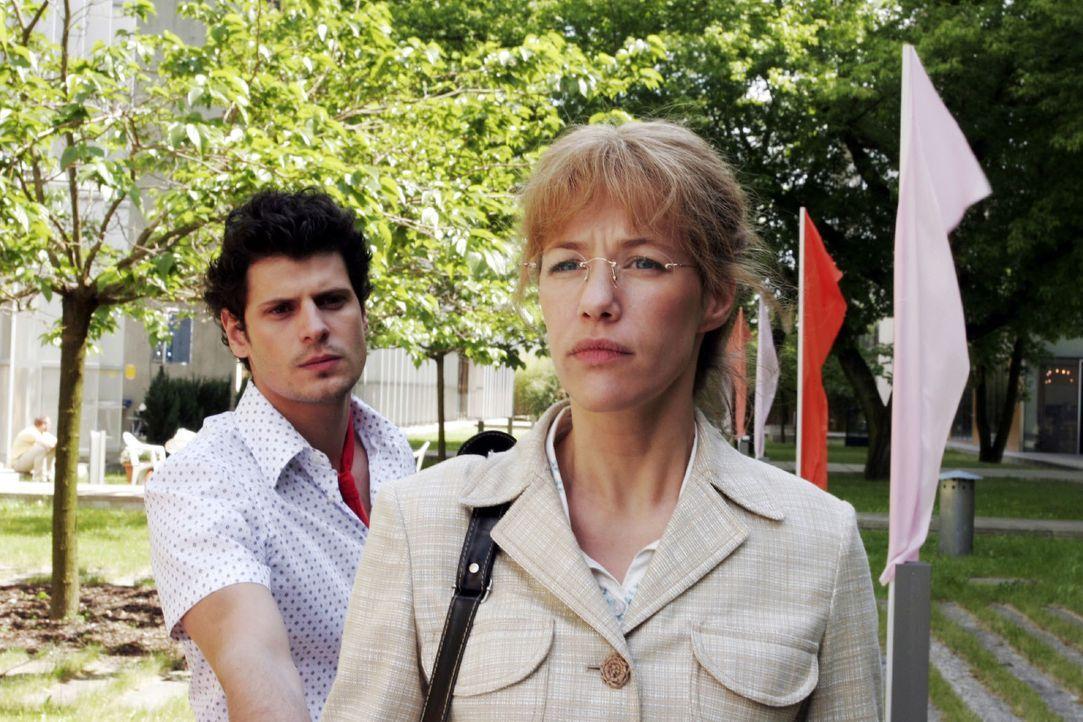 Lisa (Alexandra Neldel, r.) ist fassungslos, dass es zwischen Rokko (Manuel Cortez, l.) und David zu einer Schlägerei kam. (Dieses Foto von Alexandr... - Bildquelle: Noreen Flynn SAT.1 / Noreen Flynn