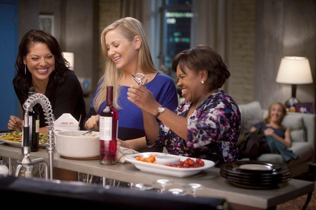 Um Teddy (Kim Raver, r.) etwas aufzumuntern, nehmen Callie (Sara Ramirez, l.), Arizona (Jessica Capshaw, 2.v.l.) und Miranda (Chandra Wilson, 2.v.r.... - Bildquelle: Touchstone Television