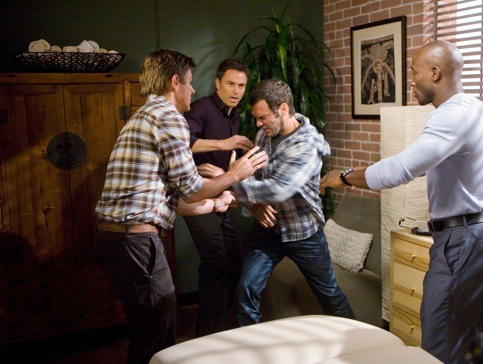 Pete (Tim Daly, 2.v.l.), Sam (Taye Diggs, r.) und Dell (Chris Lowell, l.) haben Probleme mit dem drogensüchtigen Patienten Keith (Christopher Gartin... - Bildquelle: ABC Studios