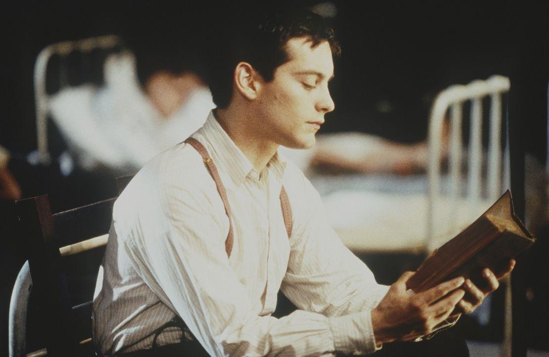 Als Schützling eines bekannten Arztes erlernt der fleißige Homer Wells (Tobey Maguire) die Kunst der Medizin. Allerdings gehört zu dem Wissen des... - Bildquelle: Kinowelt Filmverleih