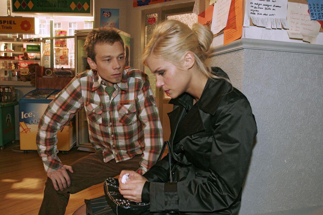Verheult und verletzt stolpert Sabrina (Nina-Friederike Gnädig, r.) in den Kiosk. Besorgt nimmt sich Jürgen (Oliver Bokern, l.) ihrer an und entde... - Bildquelle: Noreen Flynn Sat.1