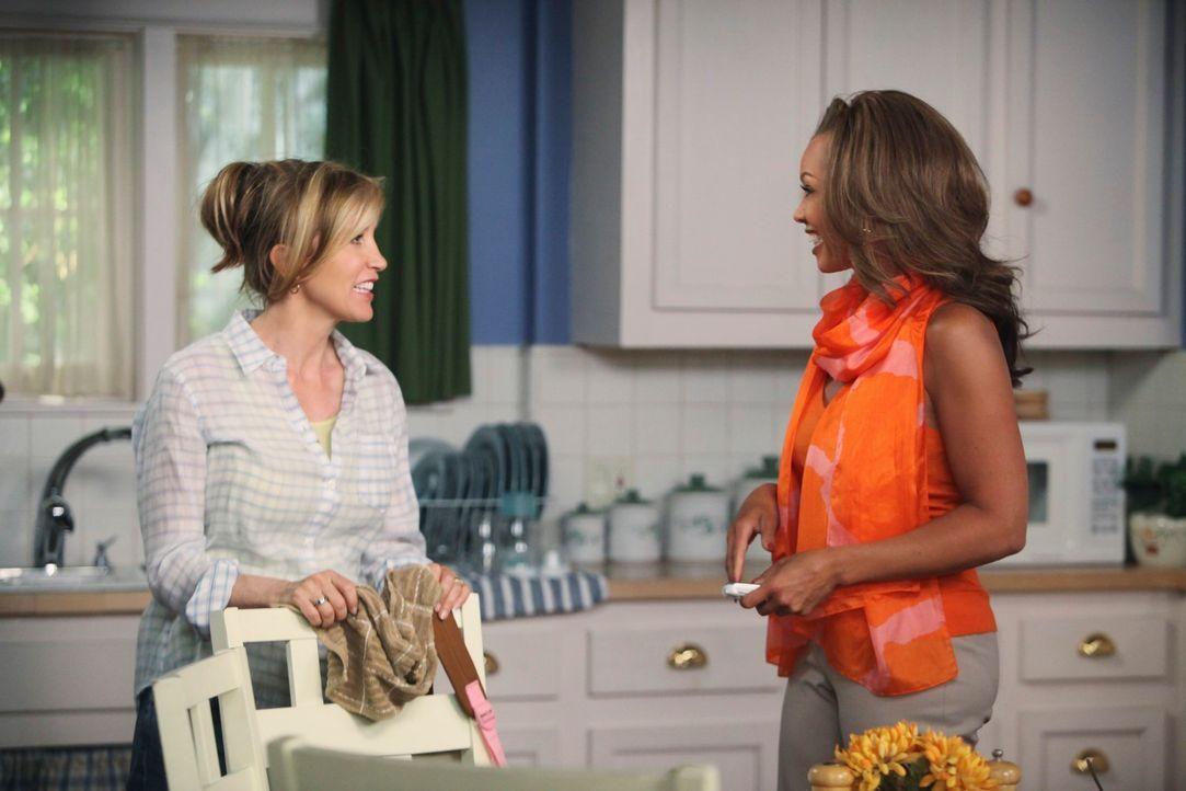 Lynette (Felicity Huffman, l.) glaubt, dass Renee (Vanessa Williams, r.) versucht ihre Ehe zu sabotieren. Wird sie damit recht behalten? - Bildquelle: ABC Studios
