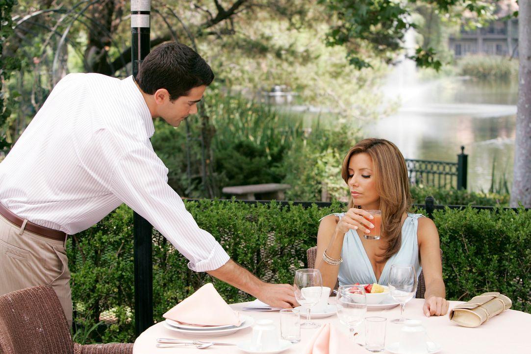 Gabrielle (Eva Longoria, r.) hat mit ihrer Einsamkeit zu kämpfen, doch während sie im Hotelgarten umherläuft trifft sie zufällig auf John (Jesse Met... - Bildquelle: 2005 Touchstone Television  All Rights Reserved