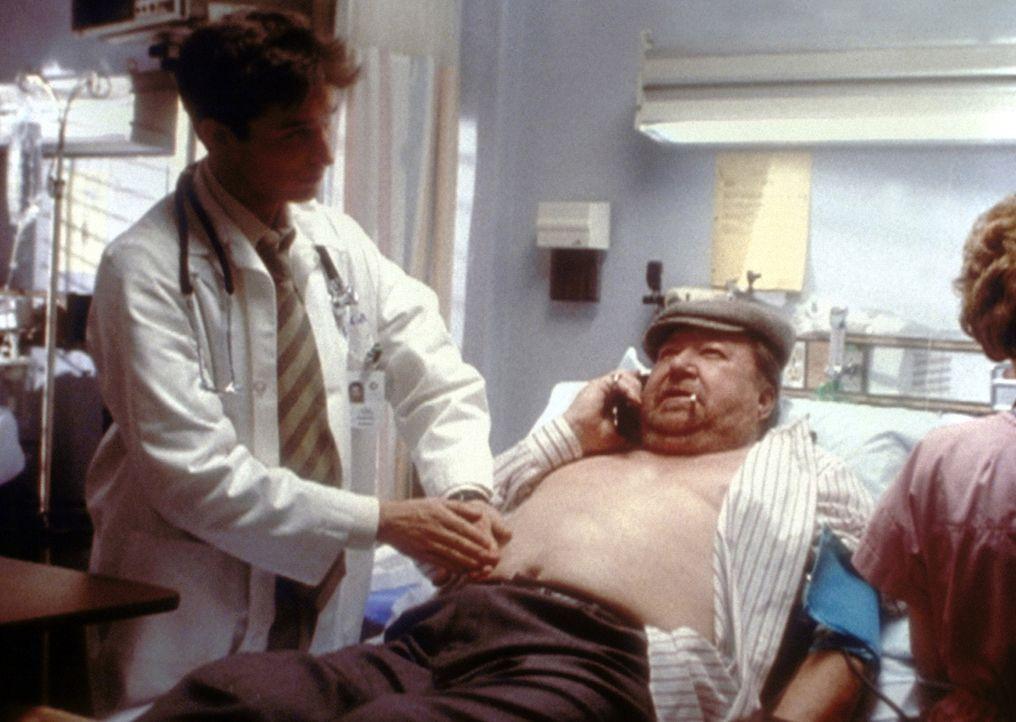 Als Dr. Carter (Noah Wyle, l.) sich entschließt, bei Mr. Bartok (Ramon Bieri, M.) die notwendige Operation durchzuführen, widersetzt er sich Anspa... - Bildquelle: TM+  2000 WARNER BROS.
