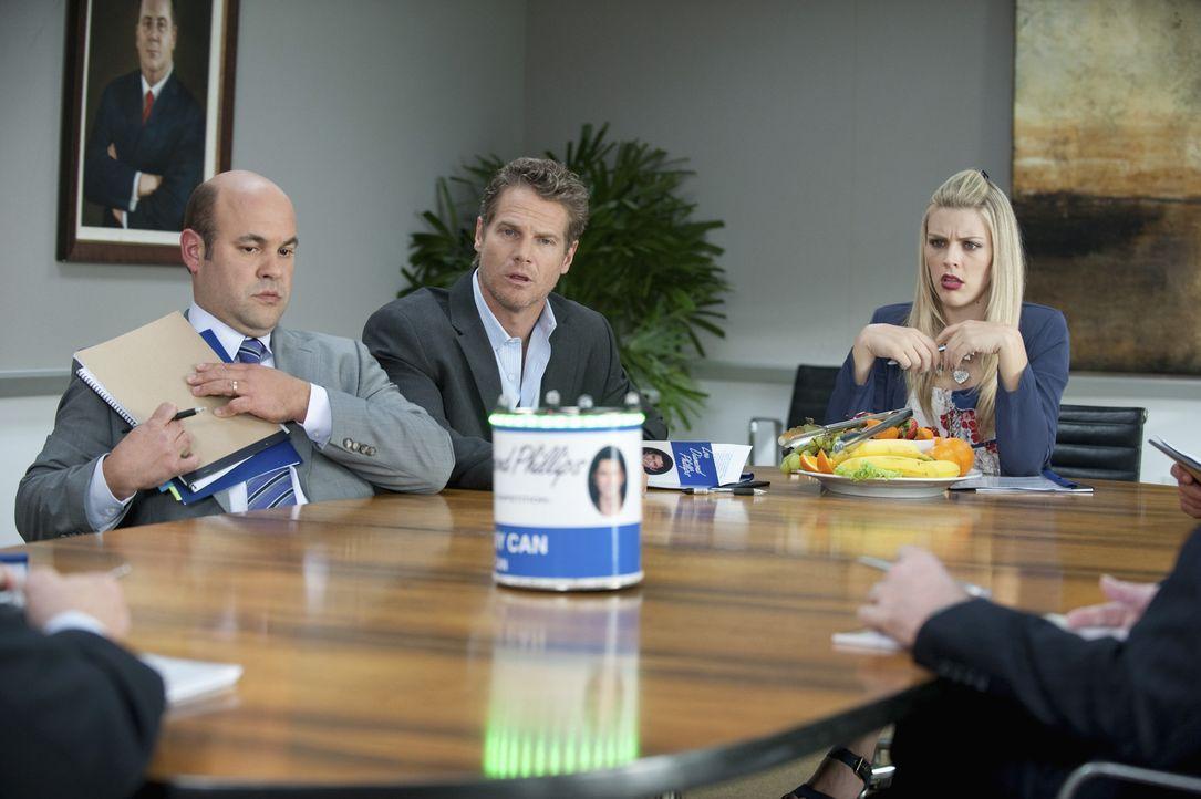 Der Tag ist gekommen, Bobby (Brian Van Holt, M.), Laurie (Busy Philipps, r.) und Andy (Ian Gomez, l.) sollen den Vertag für den Verkauf von Bobby G... - Bildquelle: 2010 ABC INC.