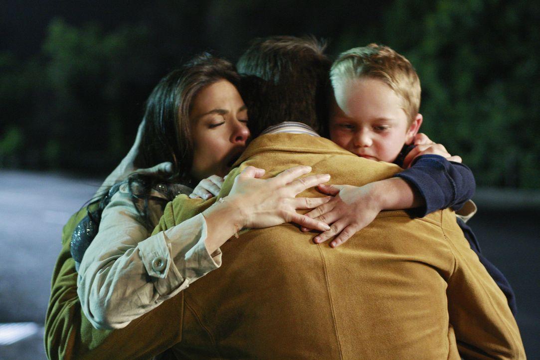 Wird es einen Neuanfang für sie geben? Mike (James Denton, M.), Susan (Teri Hatcher, l.) und M.J. (Mason Vale Cotton, r.) ... - Bildquelle: ABC Studios