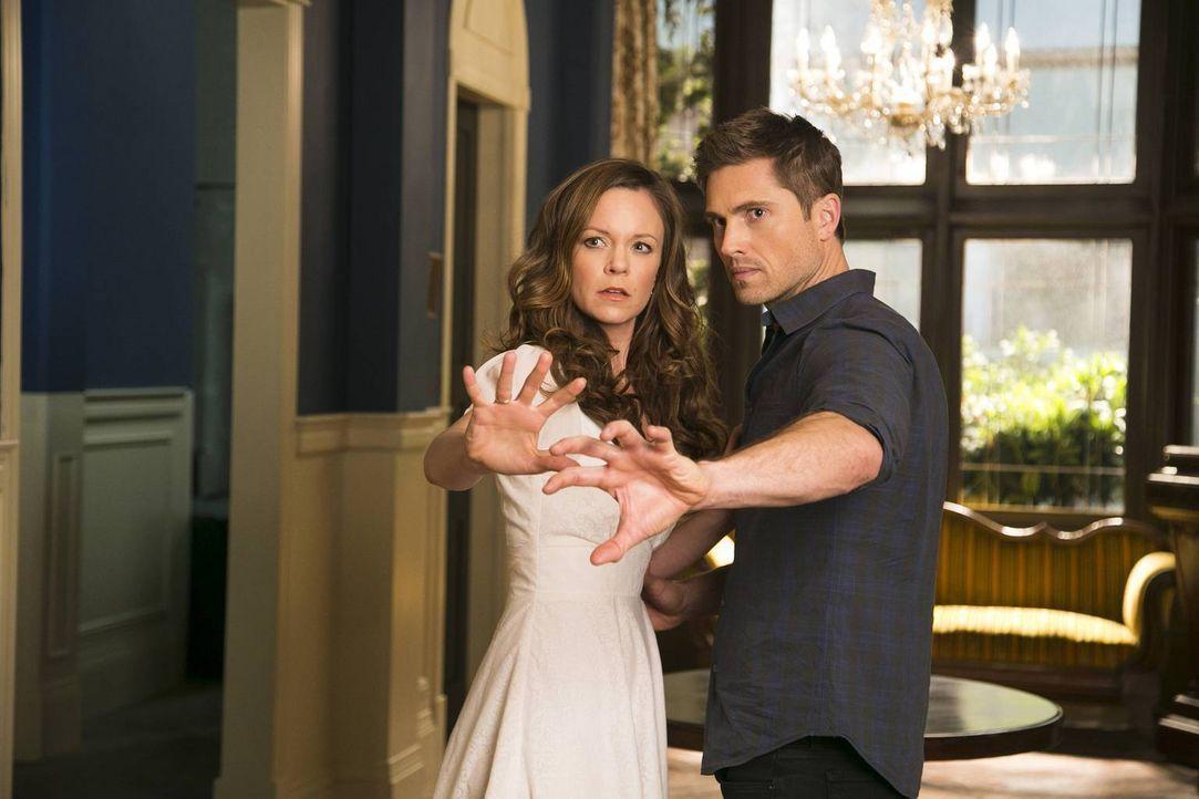 Als Ingrid (Rachel Boston, l.) und Dash (Eric Winter, r.) erkennen, dass ein Zauber den Tod bringen wird, müssen sie schnell handeln ... - Bildquelle: 2014 Twentieth Century Fox Film Corporation. All rights reserved.