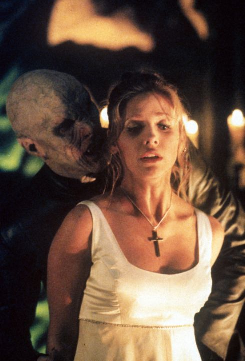 Buffy (Sarah Michelle Gellar, r.) tritt zum letzten Gefecht gegen den Meister der Vampire (Mark Metcalf) an ... - Bildquelle: TM +   2000 Twentieth Century Fox Film Corporation. All Rights Reserved.
