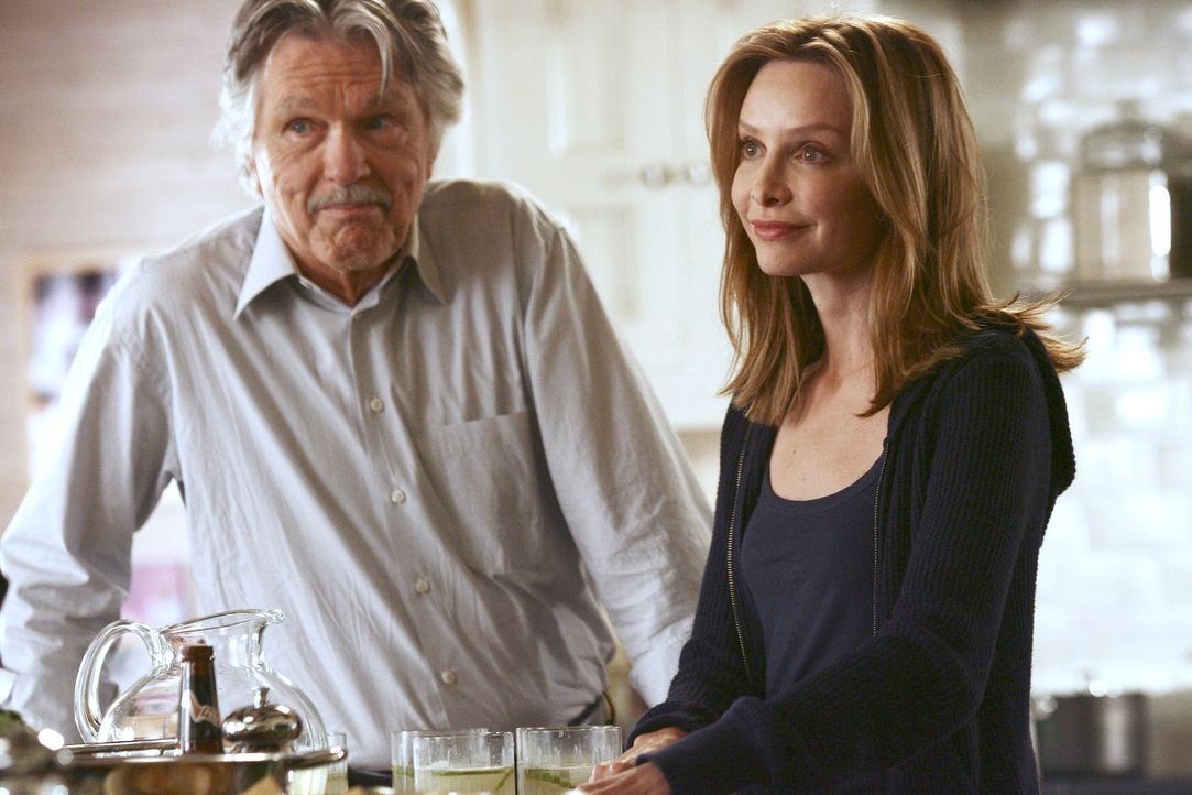 Sind glücklich, sich endlich wieder zu sehen: William (Tom Skerritt, l.) und seine Tochter Kitty (Calista Flockhart, r.) ..- - Bildquelle: Disney - ABC International Television
