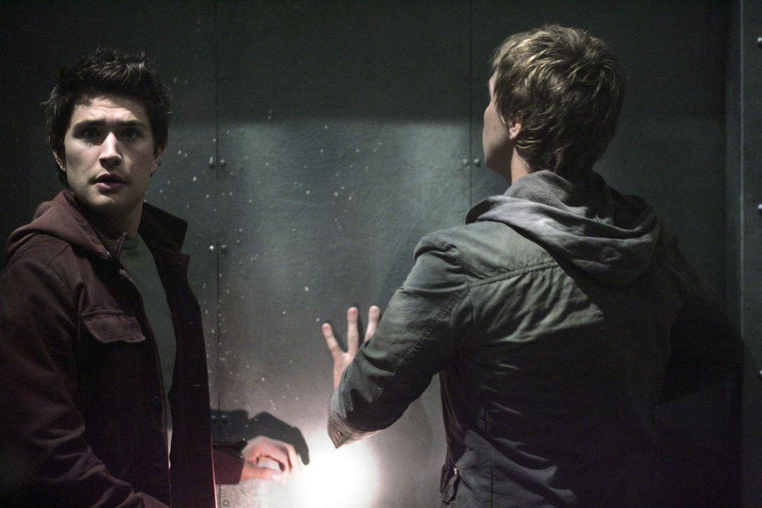 Das verlassene Gebäude weckt ihre Neugier: Aus dem anfänglichen Spaß wird für Declan (Chris Olivero, r.) und Kyle (Matt Dallas, l.) schon bald b... - Bildquelle: TOUCHSTONE TELEVISION