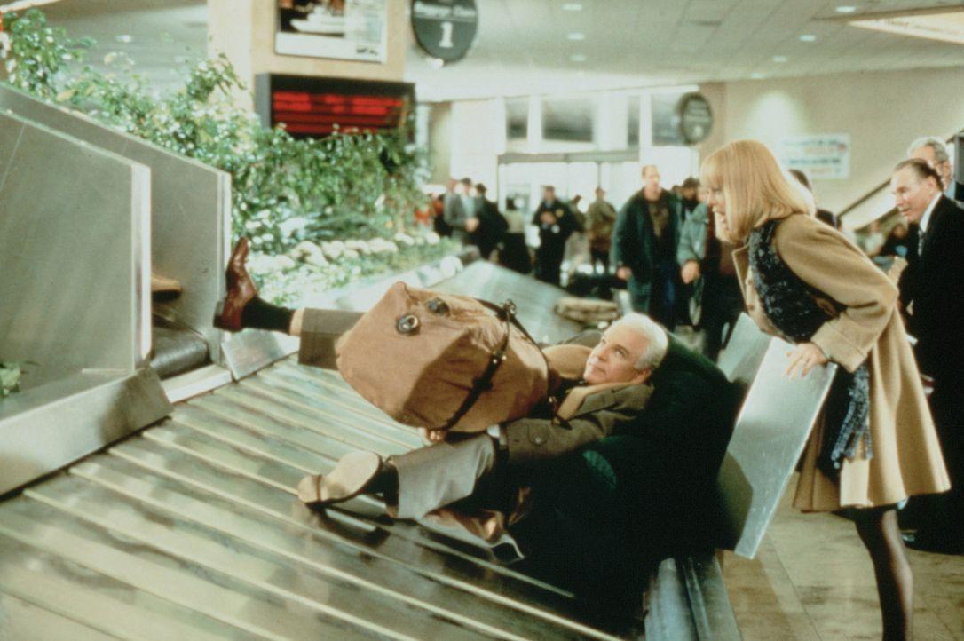 Am Flughafen gelandet, traut Nancy (Goldie Hawn, r.) ihren Augen nicht: Ihr Mann Henry (Steve Martin, l.) liegt inmitten der Gepäckstücke auf dem... - Bildquelle: United International Pictures