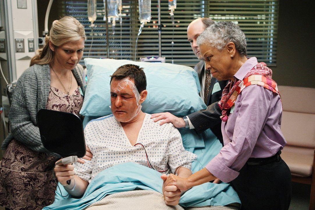 Die Ärzte haben gute Arbeit geleistet: Dave (Larry Sullivan, 2.v.l.) hat ein neues Gesicht bekommen und seine Freunde Milo (Candace Brown, l.), Dex... - Bildquelle: Touchstone Television